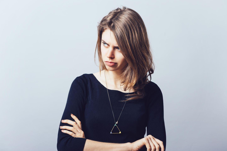 Von Menschen lernen, die uns aufregen: Eine genervte, trotzige junge Frau