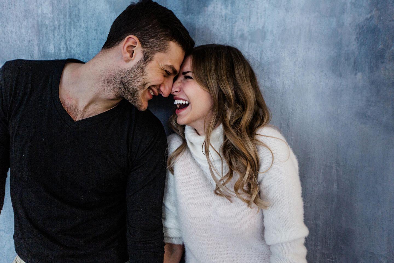 Schnucki-Prinzip: Ein glückliches junges Paar steckt die Köpfe zusammen