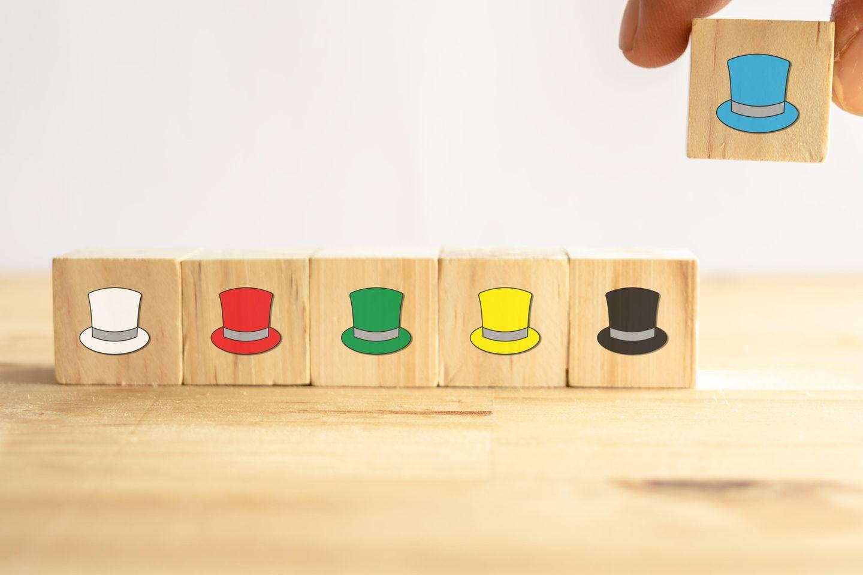 6-Hüte-Methode: 6 Holzkarten mit aufgemalten Hüten