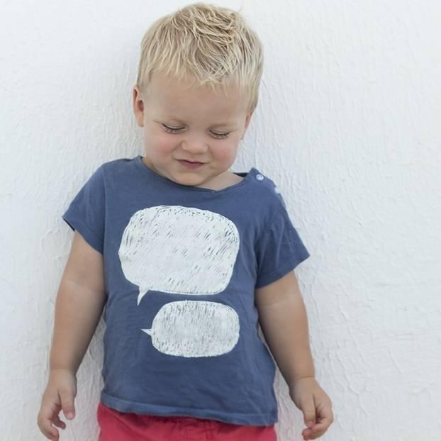 Unfreundliche Kinder: Junge vor Wand