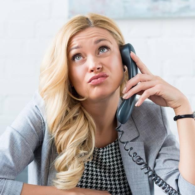 Code für Hotline-Ansagen: Frau wartet genervt am Telefon