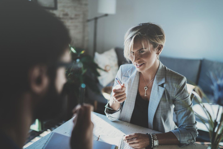 Kritik am Chef äußern - so geht's: Frau sitzt vor ihrem Chef