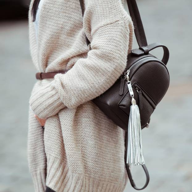 Fashion-Basics 2019: Frau mit Strickcardigan und Rucksack