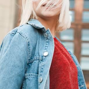 Baby Bangs: Frau mit blondem Bob