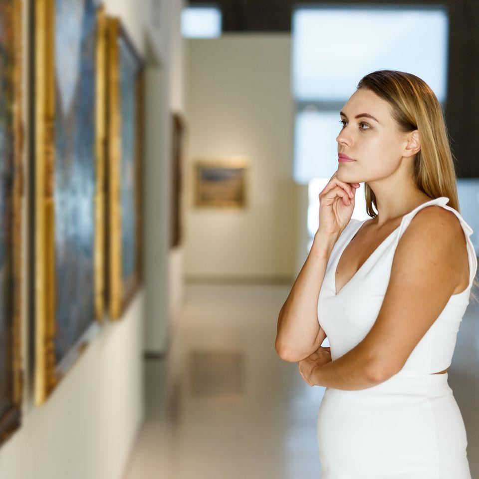 Kunst kann Probleme lösen: Frau betrachtet Kunstwerk im Museum