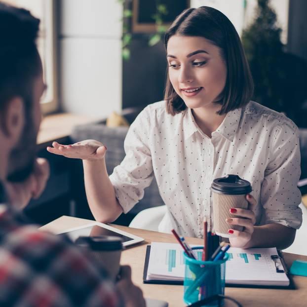 Die Geheimnisse schlagfertiger Menschen: Frau spricht mit Kollege