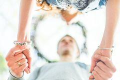 Energievampire: Ein Mann hält die Hände einer Frau