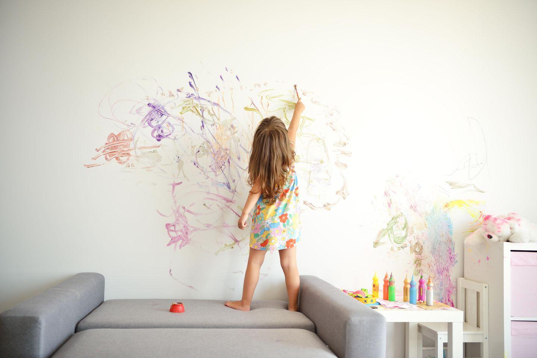 10 Dinge, die du von einem Kleinkind lernen kannst: Kind malt an Wand