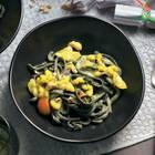 Black One-Pot-Pasta mit Curry-Garnelen