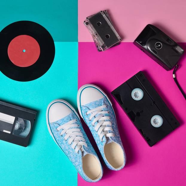 Plateau-Schuhe sind wieder im Trend: Gegenstände aus den 90ern (VHS-Kassetten, Audio-Kassette, Foto-Apparat)