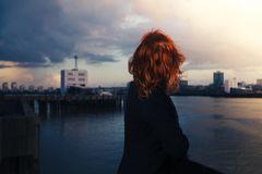 Winterdepression: Melancholische Frau blickt aufs Wasser
