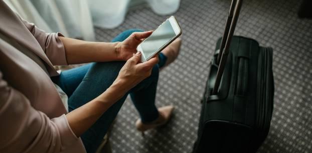 Frauen verraten Trennungsgründe: Frau mit Handy und Koffer