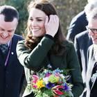 10 Dinge, die wir von Kate lernen können: Kate lächelt mit Blumenstrauß