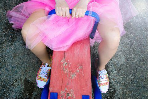 Dinge, für die man sich nicht rechtfertigen muss: Frau mit pinkem Tütü auf einer Wippe