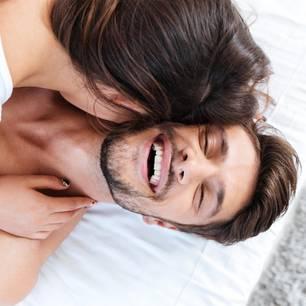 Reddit: Eine Frau flüstert ihrem Partner etwas beim Sex ins Ohr