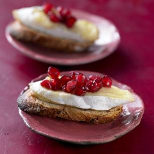 Crostini mit Camembert und Granatapfel