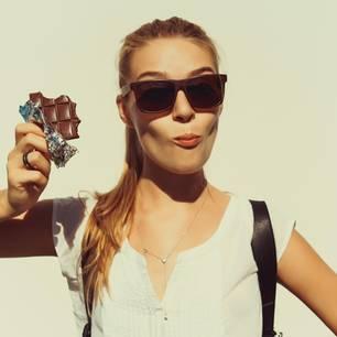 Abnehmen mit Schokolade: Frau isst Schokolade