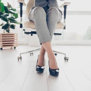 Hört auf, euren Erfolg mit Glück zu rechtfertigen! Frauenbeine unterm Schreibtisch