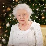 Queen Elizabeth II vor Weihnachtsbaum