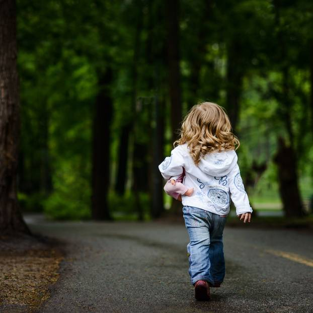 Kind auf Straße