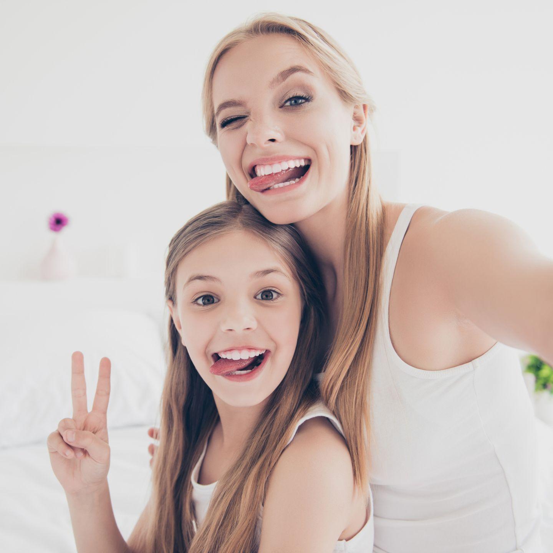 Mädchen bindet anderes Mädchen ein