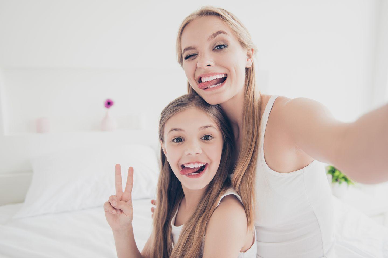 Erste Periode: Mutter-Tochter-Duo im Schlafzimmer