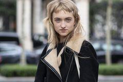 Frisuren für herzförmige Gesichter: Blonde Frau mit kurzem Pony