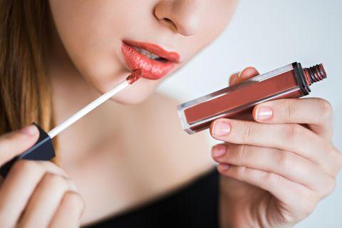 Lippenstift-Trends 2019: Frau mit korallfarbenem Lipgloss