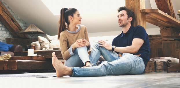 Langzeitstudie: Ein Pärchen sitzt zusammen auf dem Boden und unterhält sich