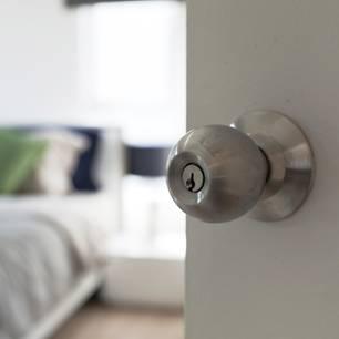 Schlafen mit offener Zimmertür - eine lebensgefährliche Angelegenheit?