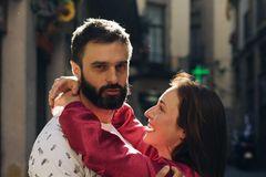 Cuffing Season: Eine Frau klammert sich an einen Mann