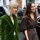 Frisuren, die Männer hassen: Zwei Frauen, die durch die Straße gehen