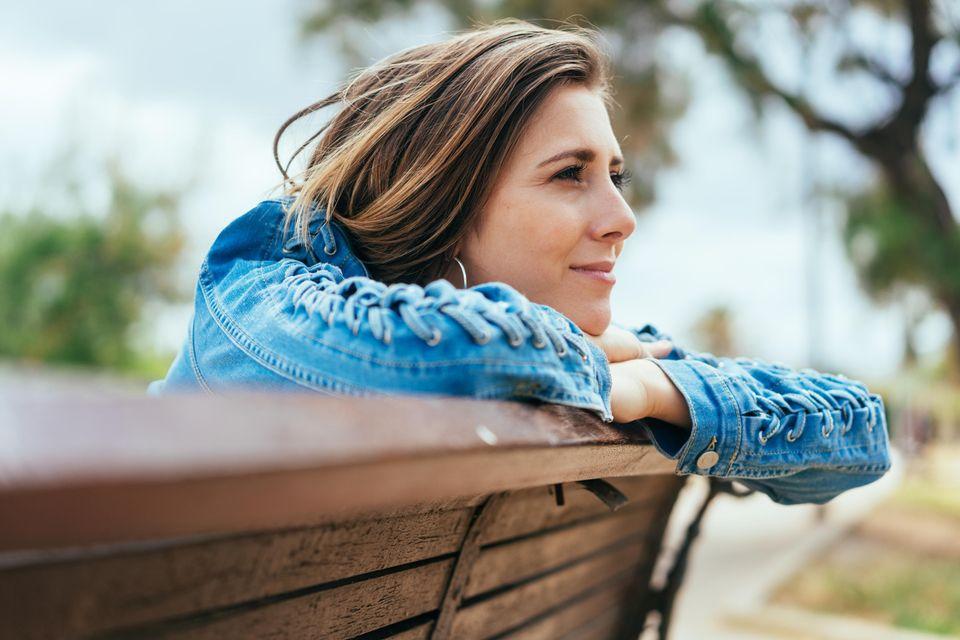 90-Sekunden-Regel: Eine ausgeglichene Frau auf einer Bank