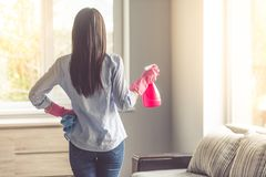 Nach Erkrankung reinigen: Frau mit Putzmitteln