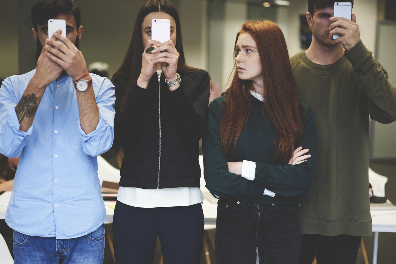 Leben ohne Smartphone: Alle am Handy außer eine Frau