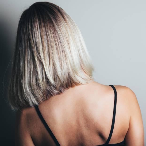Snow Hair: Frau mit platinblonden Haaren