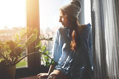 Vitamin D - Frau schaut in die Sonne