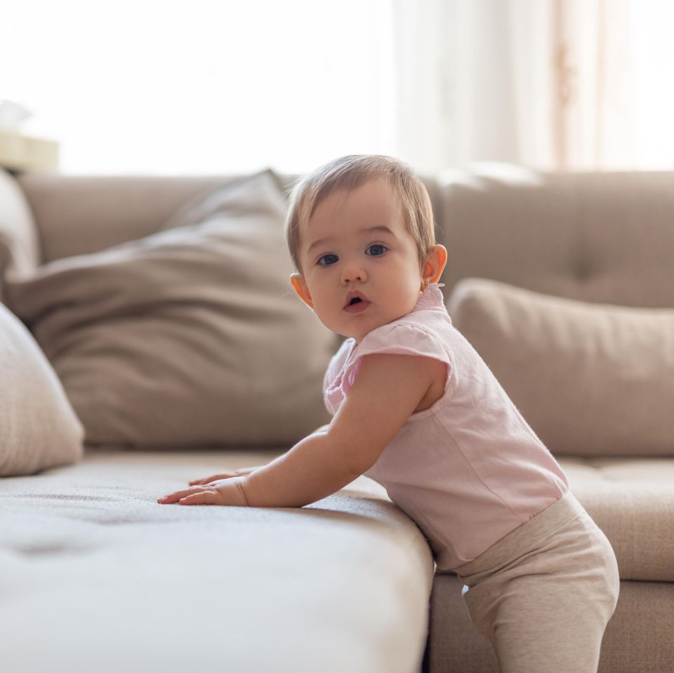 Einzelkinder: Kind klettert auf Sofa