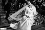 Hochzeitsfotos 2019: Die schönsten Bilder: Ein Mann tritt der Braut auf den Schleier