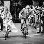 Hochzeitsfotos 2019: Die schönsten Bilder: Braut und Bräutigam auf Fahrrädern