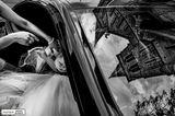 Hochzeitsfotos 2019: Die schönsten Bilder: Braut steigt vorsichtig aus dem Auto