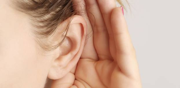 Seltene Krankheit: Frau hört keine Männerstimmen!