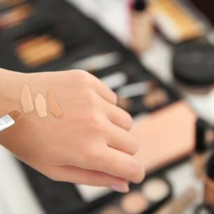 Welches Make-up passt zu mir: Drei verschiedene Make-up-Töne auf dem Handrücken