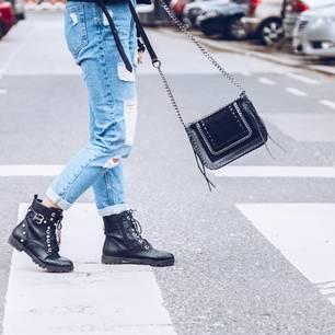 Low Waist Jeans: Frau mit Jeanshose und Boots