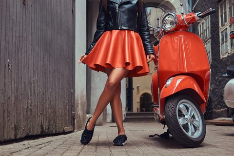 Rock nähen – eine einfache Schritt-für-Schritt-Anleitung: Frau im Tellerrock steht neben einem Mofa