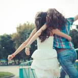 Freundschaften pflegen: Freundinnen Arm in Arm
