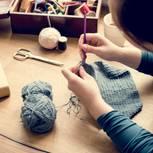 Festlichen Bolero stricken: Frau strickt an einem Bolero