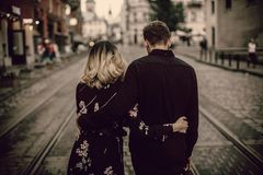 Körpersprache-Signale, die Beziehungsende andeuten: Ein Pärchen Arm in Arm mit hängenden Köpfen