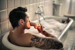 Reddit: Arrogant aussehender Schönling zündet sich in der Badewanne e
