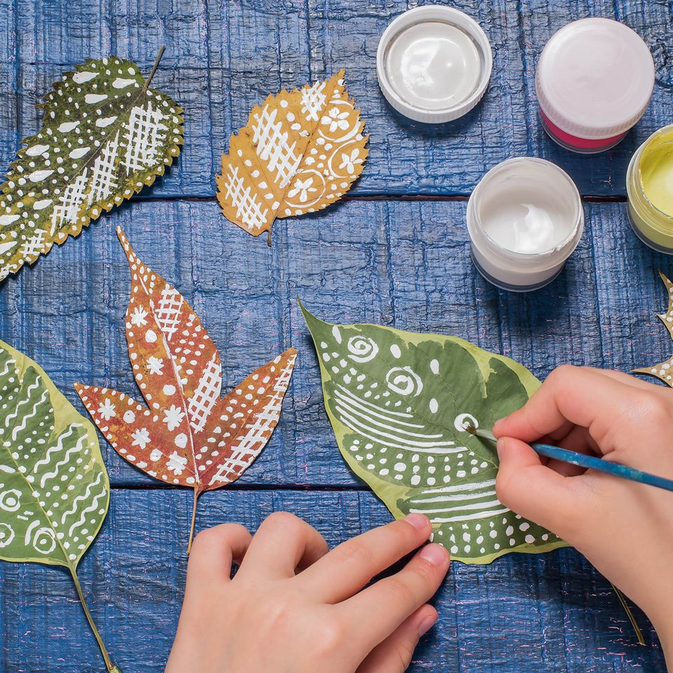 Basteln mit Blättern: Bemalte Blätter